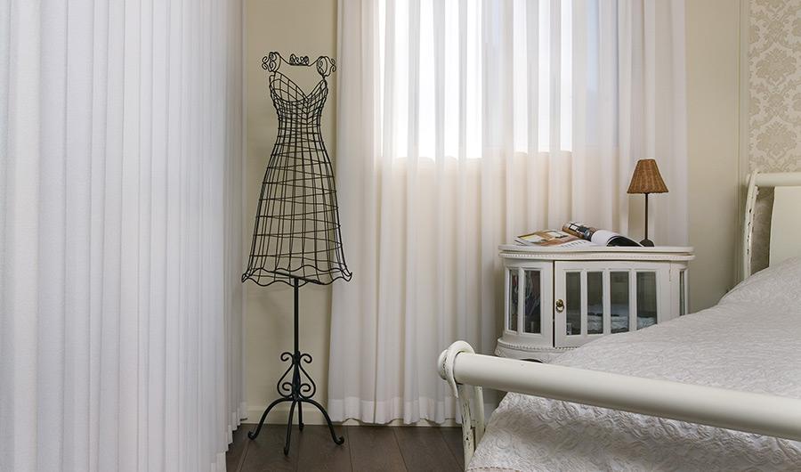 וילונות לחדר שינה - וילונות בהירים במראה מינימליסטי